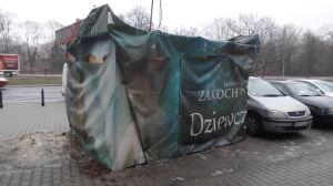 Obskurny kiosk straszy na Mokotowie. Właściciel nie żyje, drogowcy bezradni