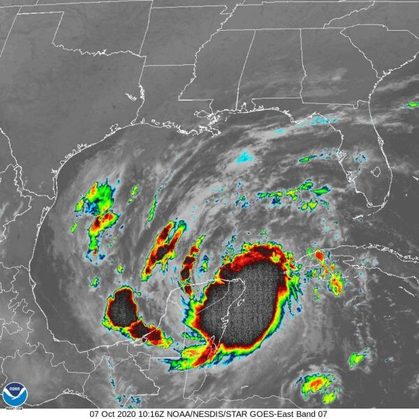 Zdjęcie satelitarne huraganu Delta w momencie uderzenia w półwysep Jukatan (NHC, NOAA)