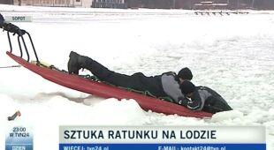 Akcja ratownicza WOPR przy użyciu sań lodowych (TVN24)